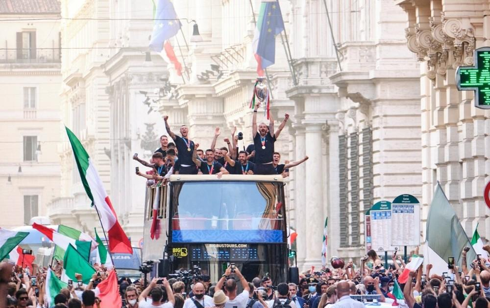 Championship back to Rome! Azzurri bus parade with fans